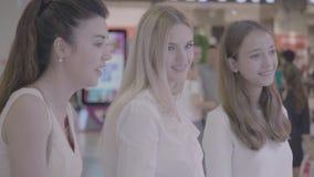 Tres muchachas del chisme que comparten las noticias y la risa metrajes