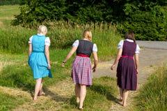 Tres muchachas en dirndl Imagen de archivo libre de regalías