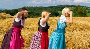 Tres muchachas en dirndl Imágenes de archivo libres de regalías