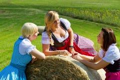 Tres muchachas en dirndl Fotos de archivo libres de regalías