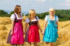 Tres muchachas en dirndl Fotografía de archivo