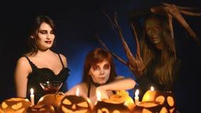 Tres muchachas en disfraces de Halloween almacen de video