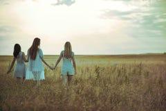 Tres muchachas en el campo Foto de archivo libre de regalías