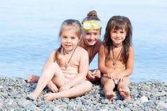 Tres muchachas en la playa Imágenes de archivo libres de regalías