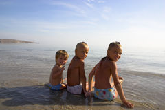 Tres muchachas en la playa del mar Fotos de archivo libres de regalías