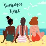 Tres muchachas en la playa, vista de detrás fotografía de archivo