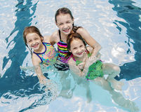 Tres muchachas en una piscina Foto de archivo libre de regalías