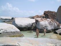 Tres muchachas en una piscina de la marea Imagen de archivo libre de regalías