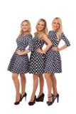 Tres muchachas en vestidos del punto y zapatos negros Imágenes de archivo libres de regalías