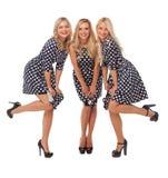 Tres muchachas en vestidos del punto y zapatos negros Imagenes de archivo