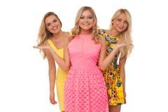 Tres muchachas hermosas en vestidos de la moda Fotografía de archivo