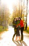 Tres muchachas hermosas que se colocan en el camino en parque Foto de archivo libre de regalías