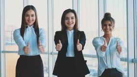 Tres muchachas jovenes del negocio en la oficina