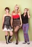 Tres muchachas punkyes adolescentes atractivas que parecen aburridas Fotografía de archivo libre de regalías