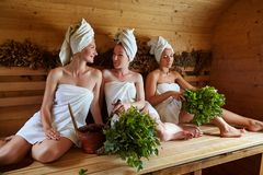 Tres muchachas que se relajan en sauna Foto de archivo libre de regalías