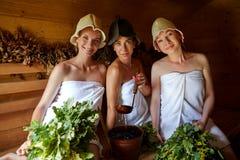 Tres muchachas que se relajan en sauna Fotografía de archivo libre de regalías