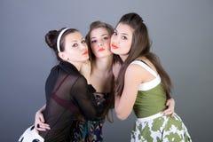 Tres muchachas retro-labradas felices Foto de archivo libre de regalías