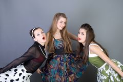 Tres muchachas retro-labradas felices Imagen de archivo