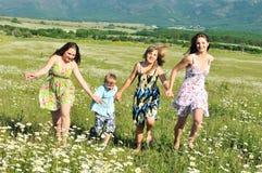 Tres muchachas y un muchacho Fotos de archivo libres de regalías