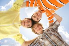 Tres adolescentes que se sostienen en una forma de una estrella Imágenes de archivo libres de regalías