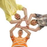 Tres muchachos adolescentes que se sostienen en una forma de una estrella Imágenes de archivo libres de regalías