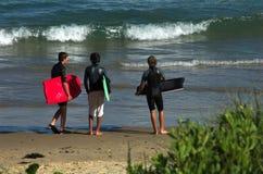 Tres muchachos en la playa Fotografía de archivo libre de regalías