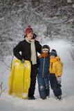 Tres muchachos felices en bosque fotos de archivo libres de regalías