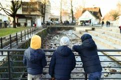 Tres muchachos jovenes en un puente Fotografía de archivo libre de regalías