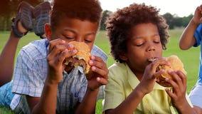 Tres muchachos negros están desayunando almacen de video