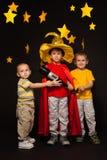 Tres muchachos que juegan astrónomos con un telescopio imágenes de archivo libres de regalías