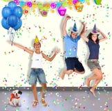 Tres muchachos y un perro se están divirtiendo en un partido Imágenes de archivo libres de regalías