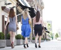 Tres mujeres atractivas en vestido detrás lejos Foto de archivo