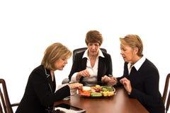 Tres mujeres de negocios en una reunión de almuerzo Fotos de archivo libres de regalías