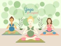 Tres mujeres embarazadas hermosas que practican yoga ejercitan en gimnasio Imagenes de archivo