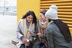 Tres mujeres en la ciudad Imágenes de archivo libres de regalías