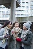 Tres mujeres en la ciudad Foto de archivo