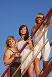 Tres mujeres hermosas jovenes en una escalera Imagen de archivo libre de regalías