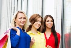 Tres mujeres hermosas que van abajo de la calle Foto de archivo