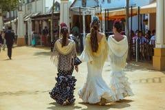 Tres mujeres jovenes atractivas en vestido tradicional del feria Imágenes de archivo libres de regalías