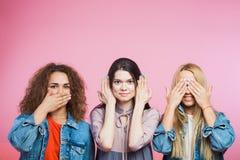 Tres mujeres jovenes como tres monos sabios Mudo, persiana sorda Foto de archivo libre de regalías