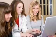 Tres mujeres jovenes con cálculo Imágenes de archivo libres de regalías