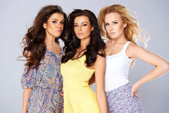 Tres mujeres jovenes elegantes atractivas en la moda del verano Foto de archivo libre de regalías