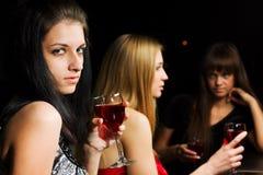 Tres mujeres jovenes en una barra. fotografía de archivo