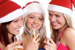 Tres mujeres jovenes están celebrando la Navidad imagen de archivo libre de regalías
