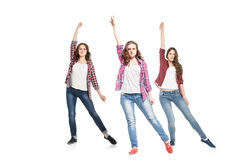 Tres mujeres jovenes que bailan sobre el fondo blanco fotos de archivo