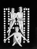 Tres mujeres jovenes que presentan con la letra H (todas las personas representadas no son vivas más largo y ningún estado existe Imagen de archivo libre de regalías
