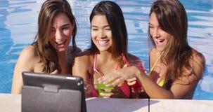 Tres mujeres jovenes que se divierten que toma selfies almacen de metraje de vídeo