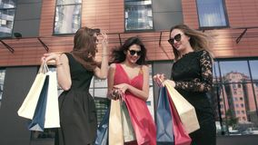 Tres mujeres maravillosas que hablan el uno al otro sobre su día de las compras almacen de metraje de vídeo