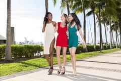 Tres mujeres que caminan, en un día de verano soleado caliente Fotografía de archivo libre de regalías