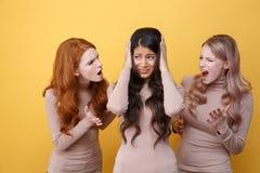 Tres mujeres que gritan en su amigo Imagenes de archivo